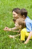 Chłopcy z mamą w parku — Zdjęcie stockowe