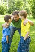 Papa avec des enfants à l'extérieur — Photo