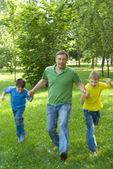 Otec hrál s dětmi — Stock fotografie