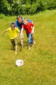 Pai brincando com seus filhos — Foto Stock