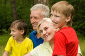 彼らの孫を持つ高齢者のカップル — ストック写真