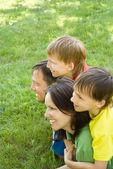 мальчики с семьей в парке — Стоковое фото