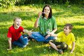 Gelukkige jongens met moeder — Stockfoto