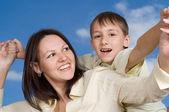 счастливая женщина женщина с сыном — Стоковое фото