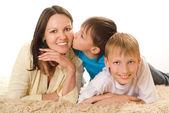 Gelukkig moeder met kinderen — Stockfoto