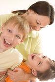 счастливая мама и дети — Стоковое фото