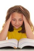 Krásná dívka čtení — Stock fotografie