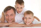 2 人の息子を持つ父 — ストック写真