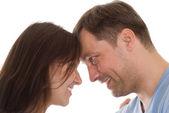 Giovane coppia su un bianco — Foto Stock