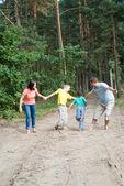 Familie wandelen in het woud — Stockfoto