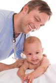 Doutor examinando o recém-nascido — Foto Stock