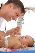 Medico uomo esaminando il neonato — Foto Stock