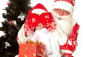 Santa da regalos a niños — Foto de Stock