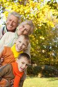 自然に幸せな家族 — ストック写真