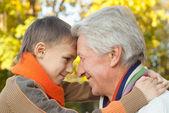 Grand-père conserve son petit-fils — Photo