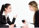 座っている 2 人の美しいビジネスウーマン — ストック写真