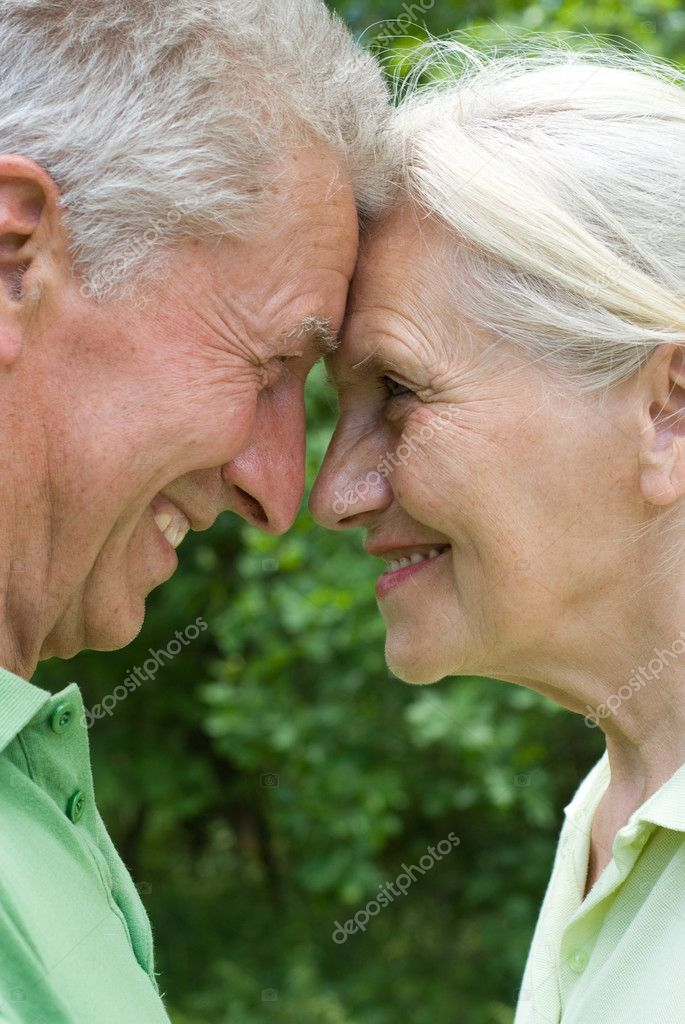 Happy elderly couple in a summer park — Stock Photo #5511374