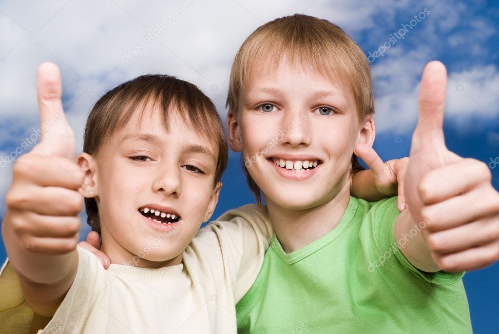 Two happy brothers stand against the sky — Stock Photo #5512358