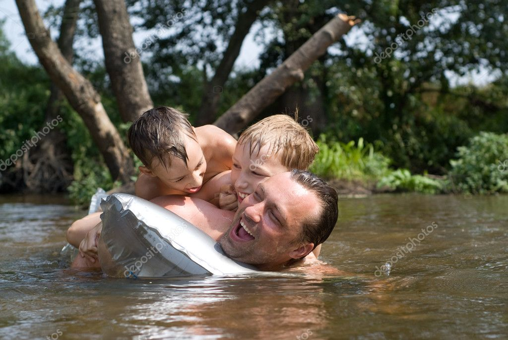 Dad spoiled with two boy to the river — Stock Photo #5515008