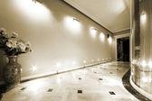 Kwiaty w długim korytarzu — Zdjęcie stockowe