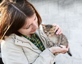 Girl and kitten — Stockfoto