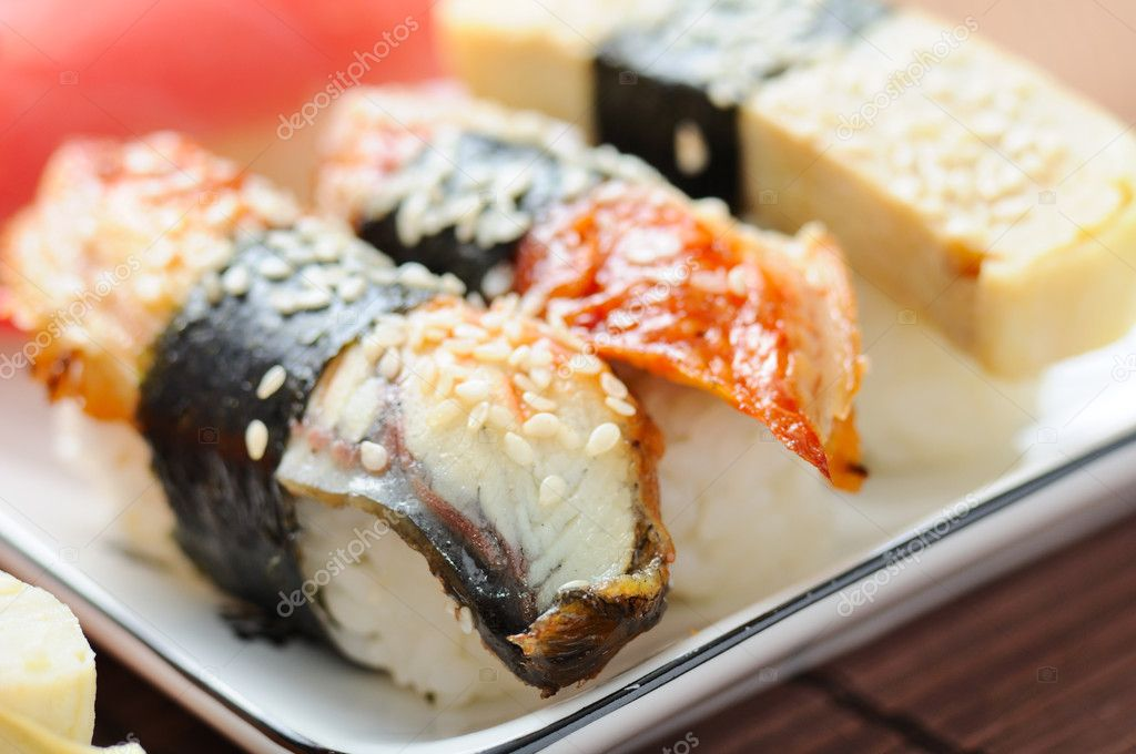 Sushi set on the bamboo mat — Stock Photo #5858081