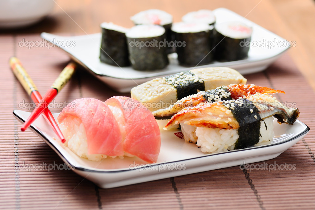 Sushi set on the bamboo mat — Stock Photo #5858089