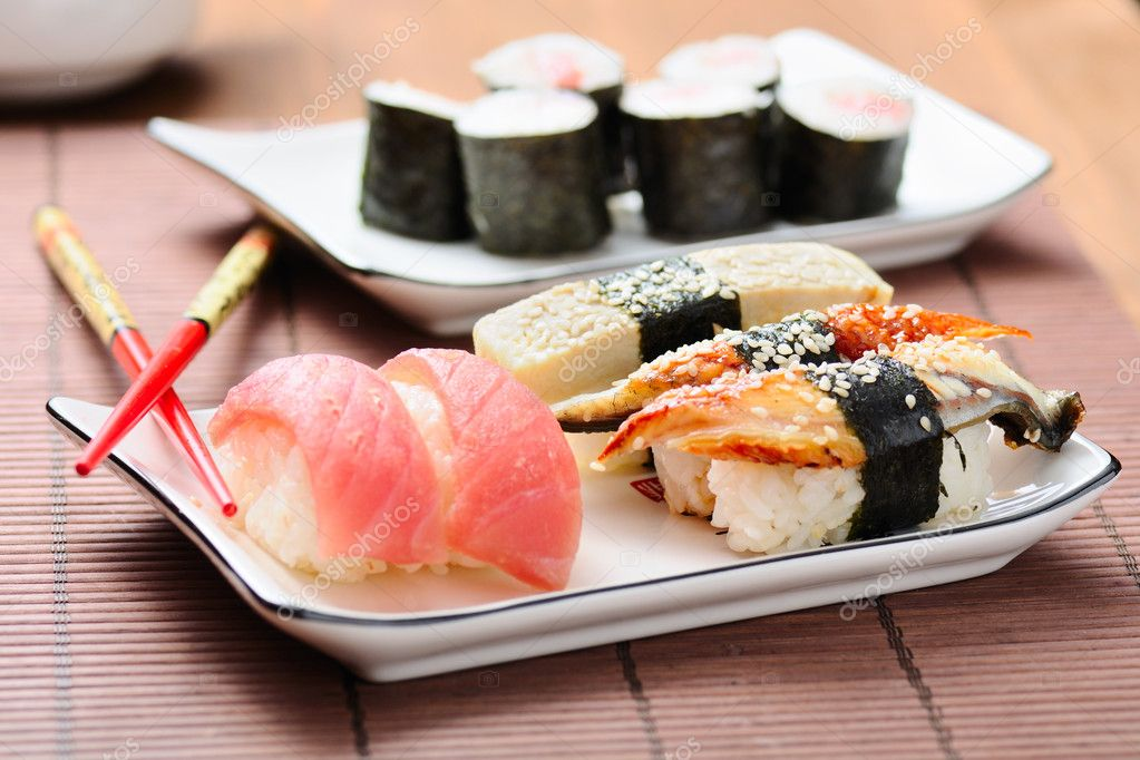 Sushi set on the bamboo mat — Stockfoto #5858089