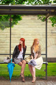 Twee meisjes op bus stop — Stockfoto