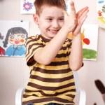 Kind spielen mit Ton — Stockfoto