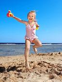 Enfant jouant sur la plage. — Photo