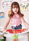 Foto de pintura infantil en clase de arte. — Foto de Stock