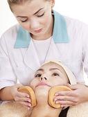 Kvinna tvätt ansikte av svamp. — Stockfoto