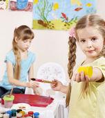 Barn målning i förskolan. — Stockfoto