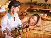 Kvinna får massage i bambu spa. — Stockfoto