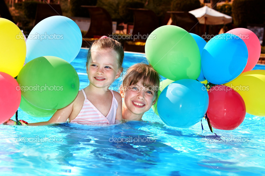 Kids playing with balloons in swimming pool. — Stock Photo ...