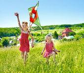Crianças empinando pipa ao ar livre. — Fotografia Stock