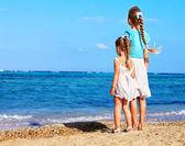 Children holding hands walking on the beach. — Stock Photo
