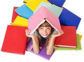 Dítě s hromadou knih o hlavu. — Stock fotografie