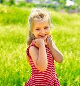 Retrato de niño al aire libre. — Foto de Stock