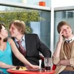 Grupa szczęśliwy rozmowy w kawiarni — Zdjęcie stockowe