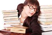 Mladá krásná žena přečíst knihu. — Stock fotografie