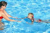 Instruktor pływania uczyć się pływać dziecko. — Zdjęcie stockowe