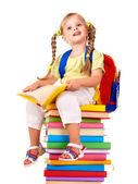 Niño sentado sobre una pila de libros. — Foto de Stock