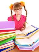 儿童阅读打开桌上的书. — 图库照片