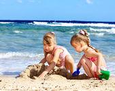 Kinderen spelen op strand. — Stockfoto