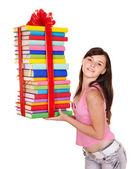 Dívka hospodářství hromadu knihy. — Stock fotografie