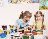 Děti malování v mateřské školce. — Stock fotografie