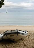 łódki nadmuchiwane gumowe na plaży. — Zdjęcie stockowe