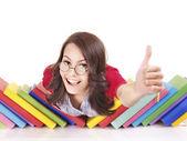 Meisje met stapel boek duim opdagen. — Stockfoto